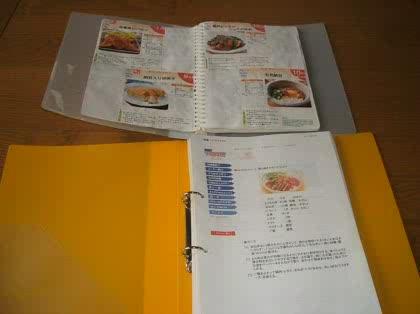 両面にプリントすればかなり収まると思います。フリーペーパーのレシピの切り抜きは、これも100均のリングファイル(こちらは紙付き)に糊付けしています。