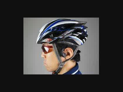 自転車でヘッドホンをずらして ...