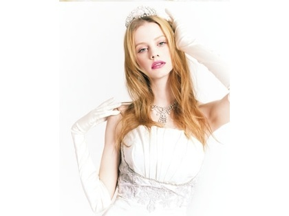 95a4bc9ecad8f ウェディングドレスの広告モデルは、 何故、金髪の白人さんが多いのでしょうか?