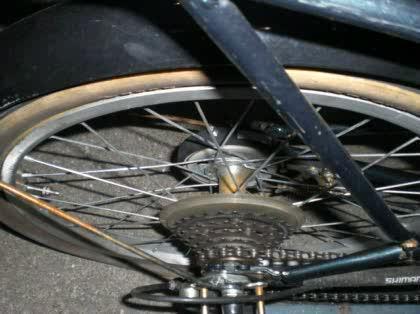 なギア付自転車の後輪のタイヤ ...